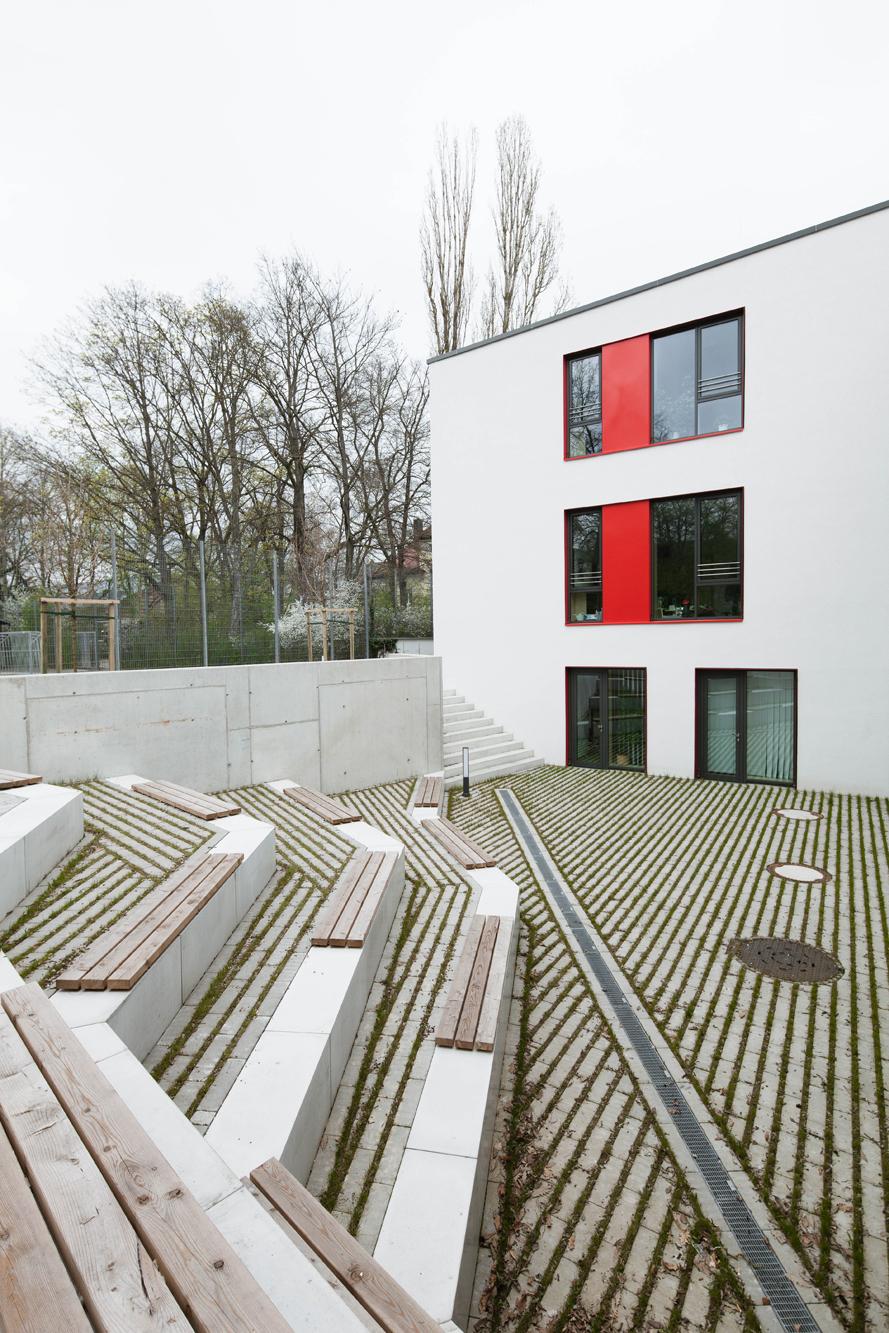 Rasenfugenpflaster und Sitzstufen im Innenhof der Berufsfachschule