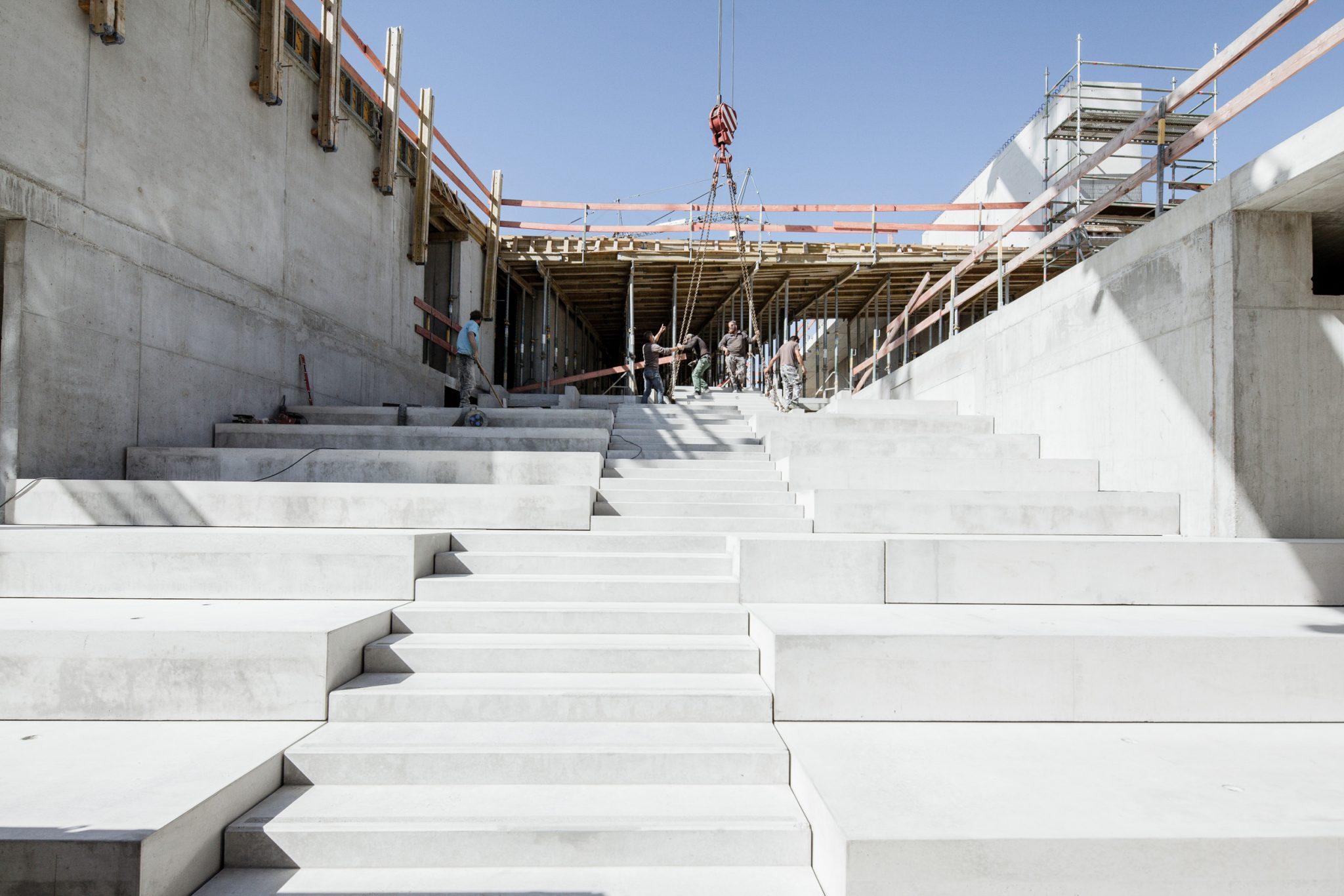Mit der Treppe wird langsam der künftige Marktplatz der Paul Winter Schule sichtbar
